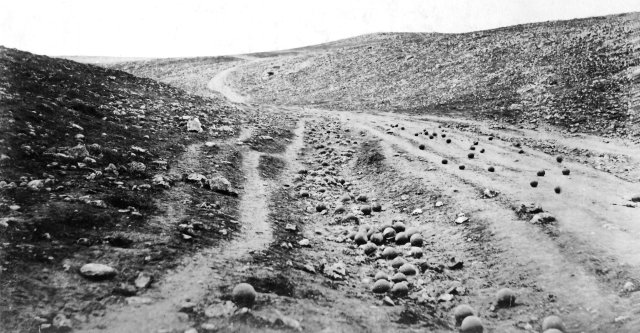 Roger Fenton felvétele 1855-ből  a Kryími háborúból az ostromlók által kilőtt ágyugolyókról
